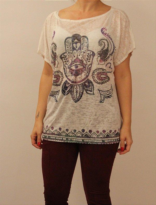 T-shirt manga curta com estampa mão de fátima