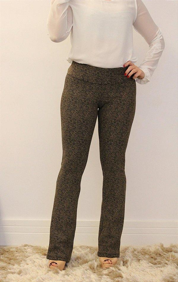 Calça feminina modelagem flare em tecido jacquard com estampa pigmentada ferrugem