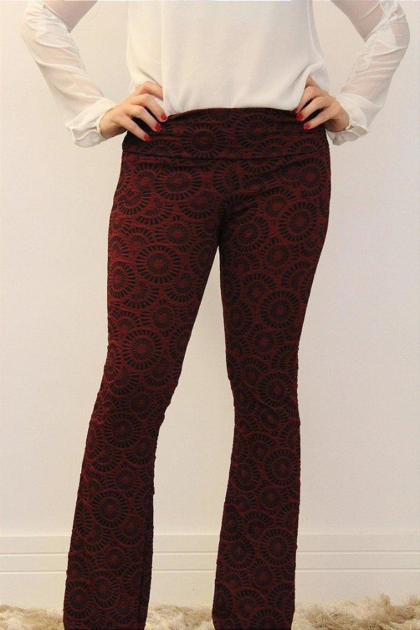 Calça feminina modelagem flare em tecido jacquard marsala com estampa muito linda
