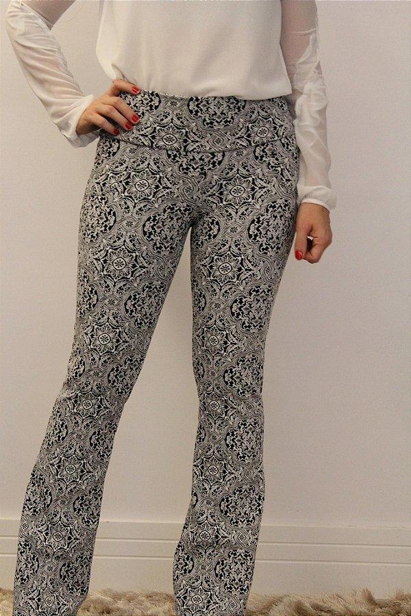 Calça feminina modelagem flare em tecido jacquard branco com estampa black provence