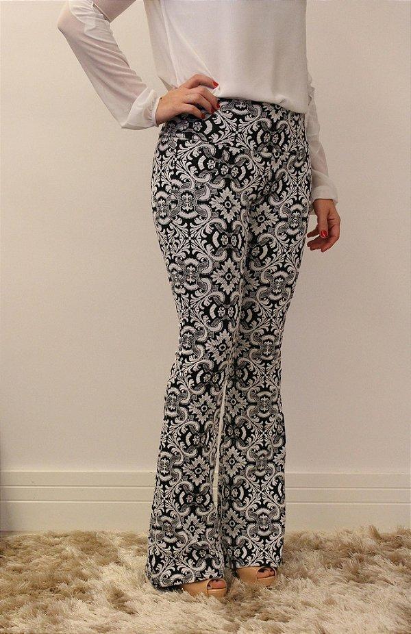 Calça feminina modelagem flare em tecido jacquard branco estampa OldProvence
