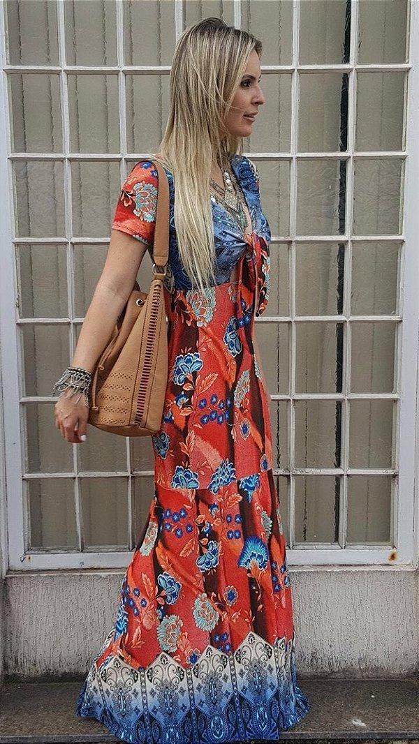 Vestido longo sereia com estampa em tons laranja e azul