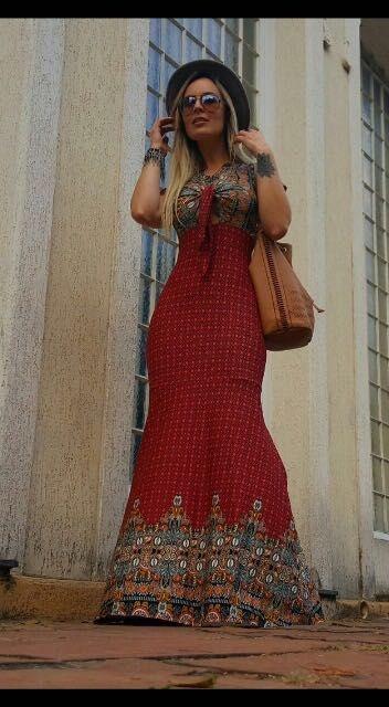 Vestido longo sereia em tons de vermelho com estampa divina