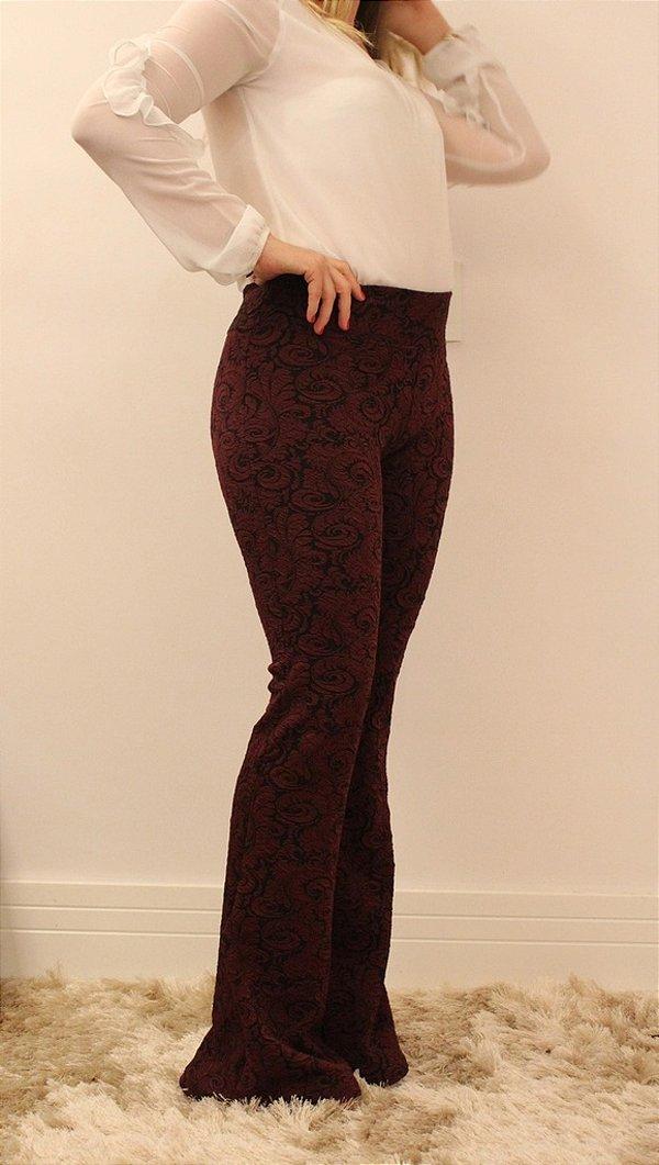Calça feminina modelagem flare em tecido jacquard marsala super chique e elegante