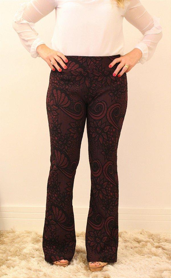 Calça feminina modelagem flare em tecido jacquard marsala com estampa RajFlower