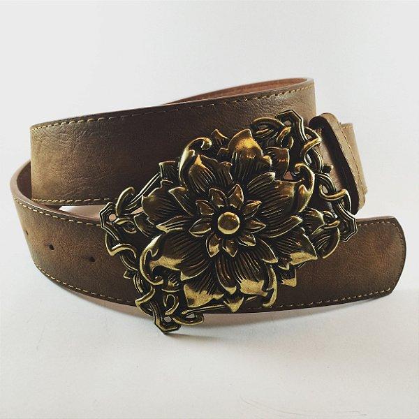 Cinto marrom com fivela ouro velho em formato retangular floral