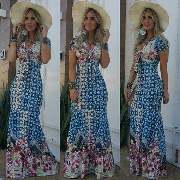 Vestido sereia com estampa MA-RA-VI-LHO-SA em tons de azul