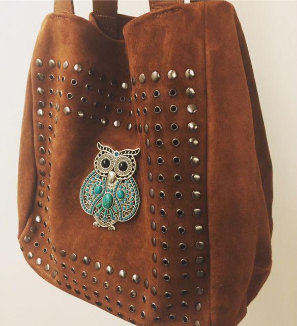 Bolsa caramelo em couro com detalhe de coruja