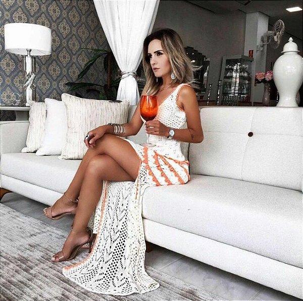 Vestido longo em tricot offwhite com detalhe laranja . Deslumbrante