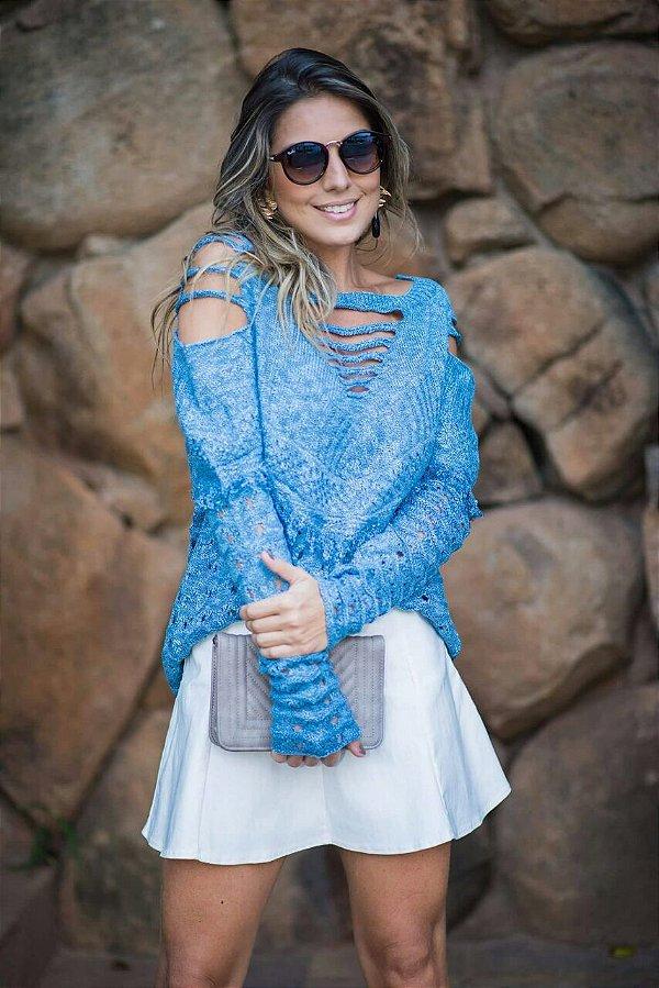 Blusa em tricot azul divina com detalhes na manga e ombro