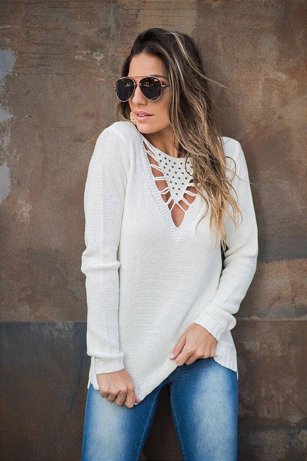 Blusa em tricot offwhite com lindo trabalho triangular no decote