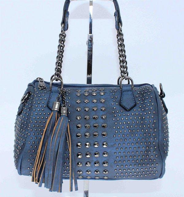 Bolsa azul toda trabalhada com tachas e piramidais com alça de metal