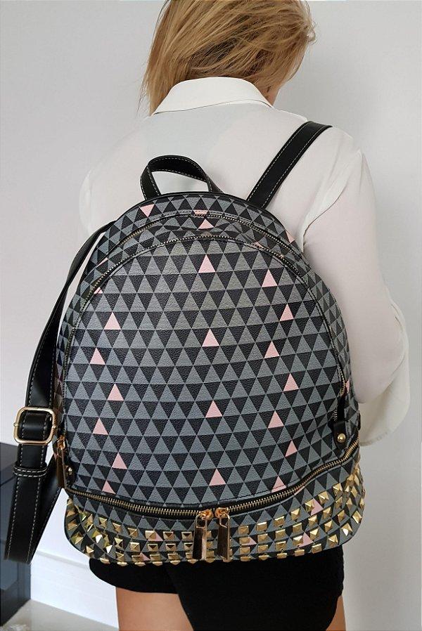 Mochila com estampa triângulos toda trabalhada com piramidais em metal na parte inferior