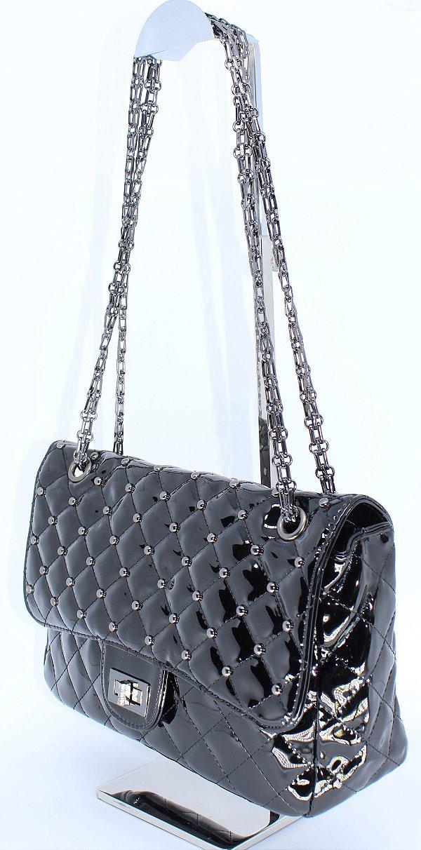 Bolsa em verniz preto com alça de corrente