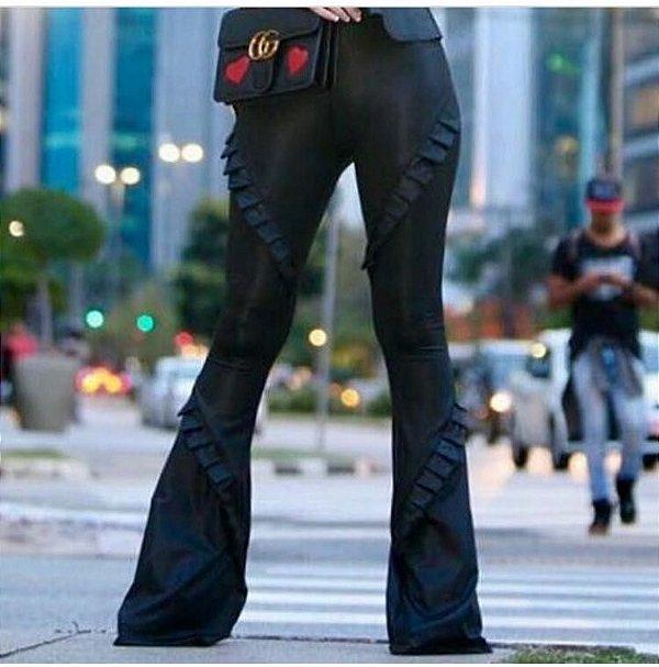 Calça maravilhosa preta em cirrê com detalhes