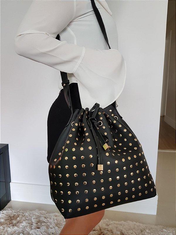 Bolsa saquinho preta com tachinhas douradas