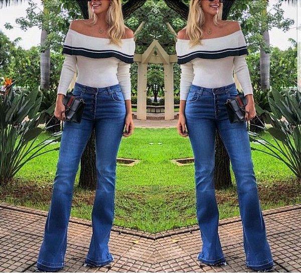 Calça jeans flare detalhe de botões