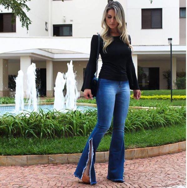 Calça jeans flare com fenda barra desmontada