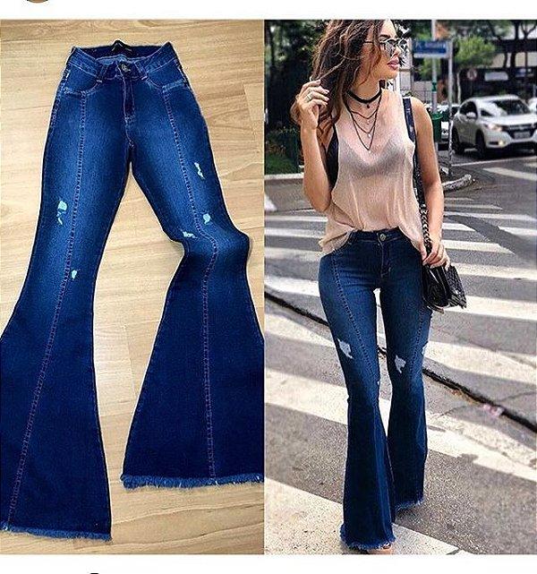 Calça jeans flare lavagem azul marinho barra desmontada