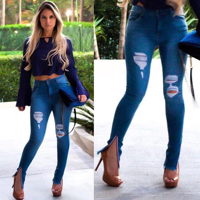 Calça jeans skinny destroyed detalhe na barra