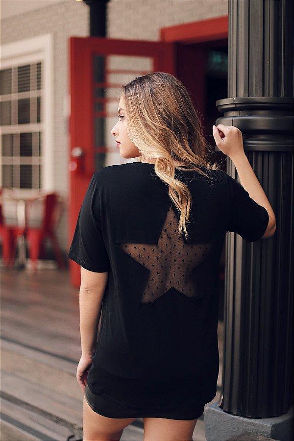 Tshirt manga curta preta com estrela e tule na parte das costas