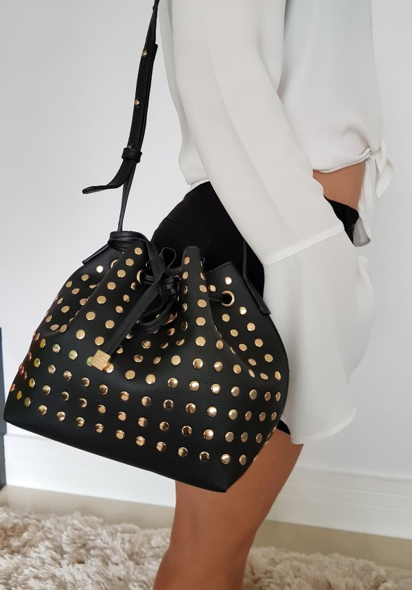 Bolsa saquinho preta com tachinhas dourada