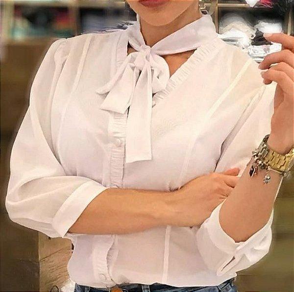 Camisa branca com gola lacinho