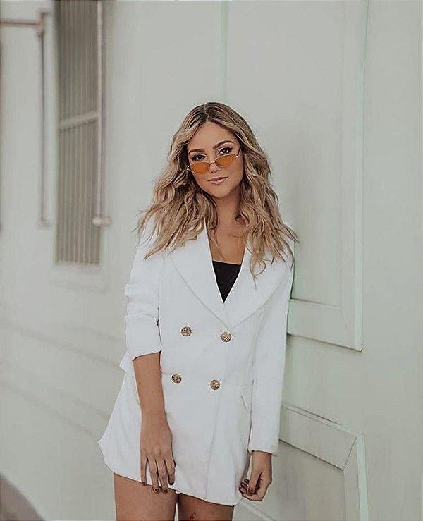 Maxi blazer branco com botões dourados