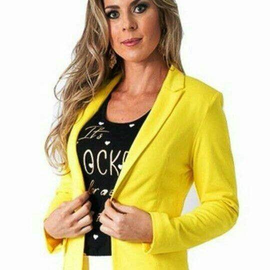 Blazer em bengaline na cor amarelo com botões dourados