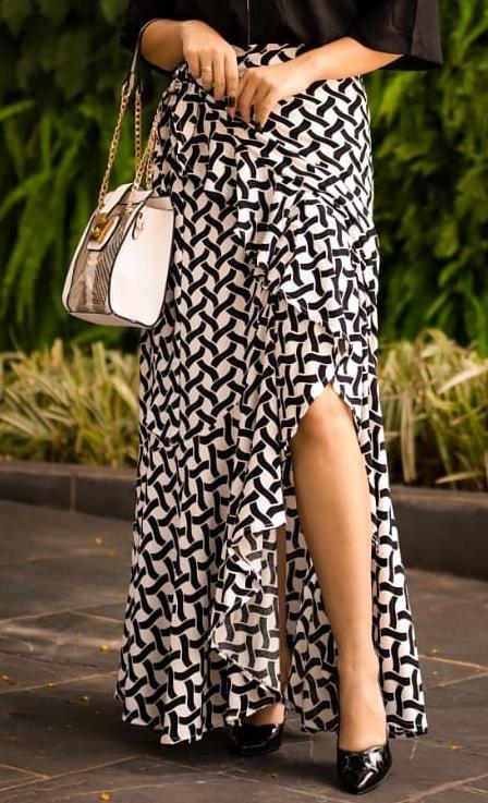 Saia longa  pareô com babados em viscose (com forro) - Estampa geométrica preta e branca