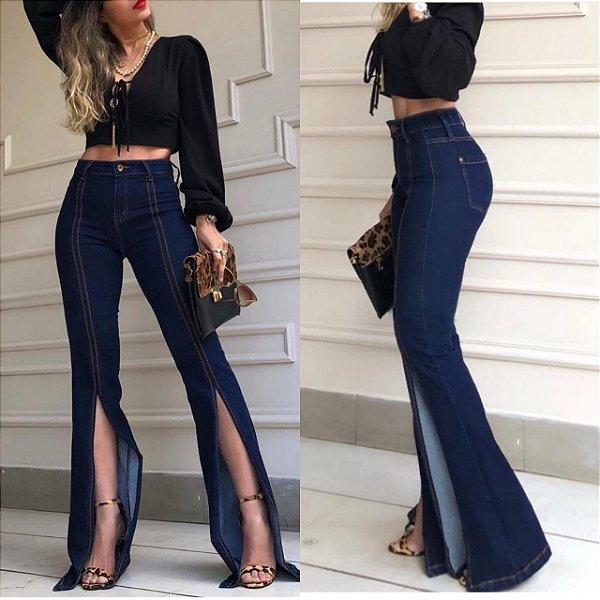 Calça jeans flare com fenda frontal