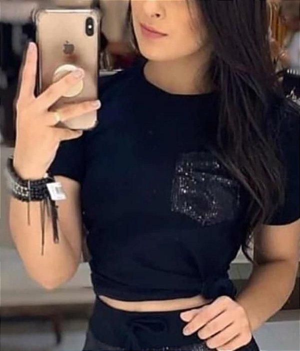 Tshirt com bolsinho de paetê - Preta