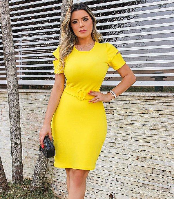 Vestido em malha crepe com cinto e detalhe vazado na manga - Amarelo