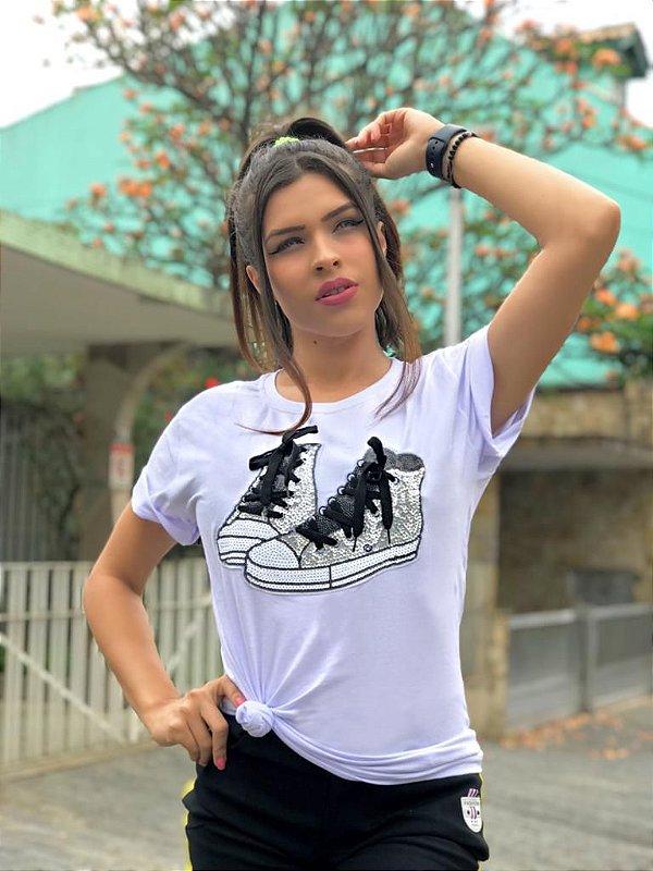 T-shirt branca com estampa com aplicação tênis - Prata