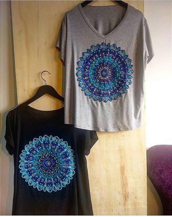 T-shirt bordada à mão até o tamanho Plus Size - Mandala Azul - Preta