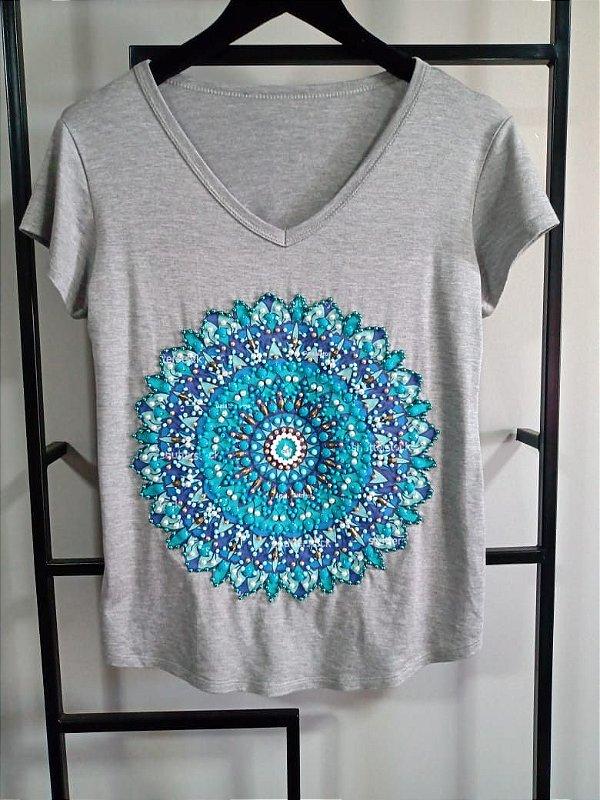 T-shirt bordada à mão até o tamanho Plus Size - Mandala Azul - Cinza