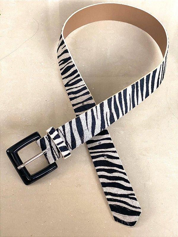 Cinto couro animal print estampa zebra com fivela em acrílico preto