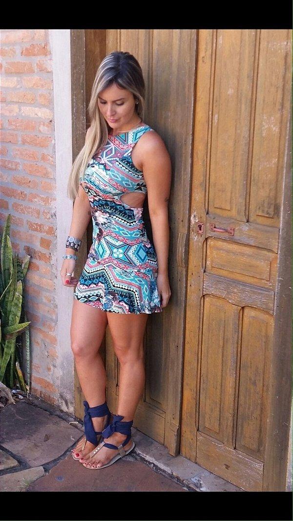 Vestido curto super verão com recorte nas costas estampado em tons de azul