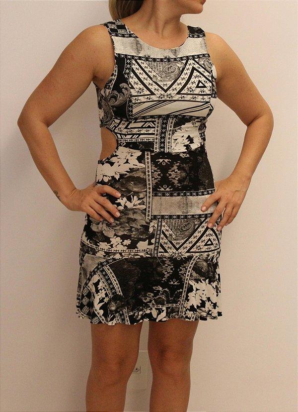 Vestido curto com estampa black and white e recorte nas costas