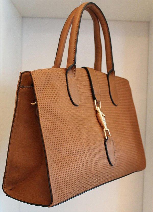 Bolsa em couro eco com relevo caramelo e fecho em metal dourado