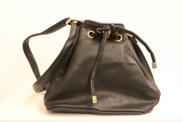 Baby bag saquinho em couro eco na cor preta