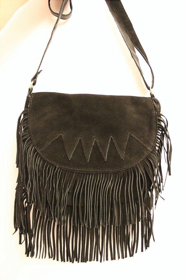 Bolsa a tiracolo em couro preto e franjas