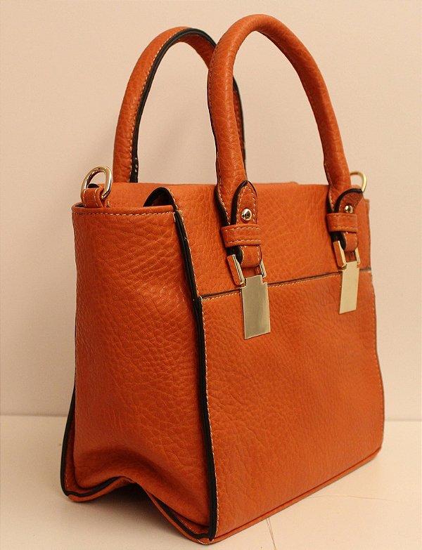 Bolsa em couro eco caramelo com fivela dourada e segunda alça removível
