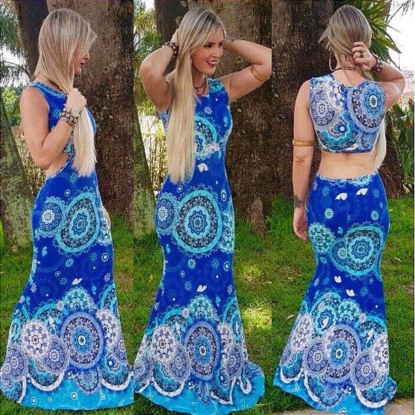 Vestido longo sereia com decote nas costas e estampa em tons de azul