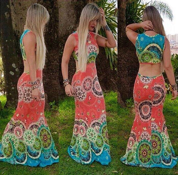 Vestido longo sereia com decote nas costas e estampa em tons de verde