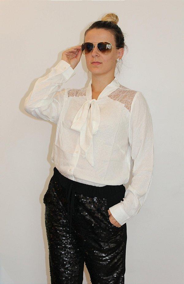 Camisa manga longa off white com laço frontal e transparência nas laterais