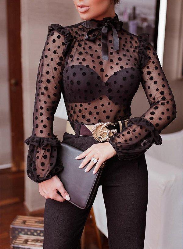 Body camisa manga longa com petit pois preto, transparência e gola com laço