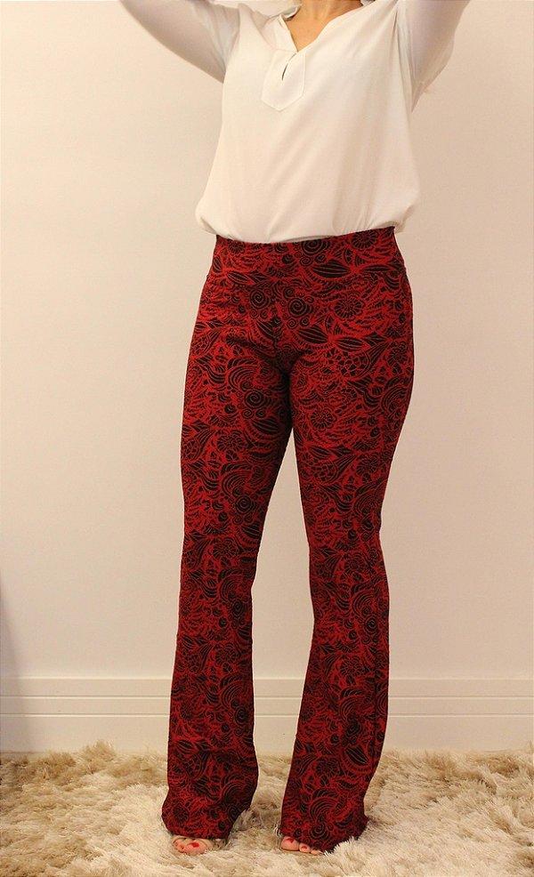 Calça flare jacquard vermelho com estampa de folhas pretas