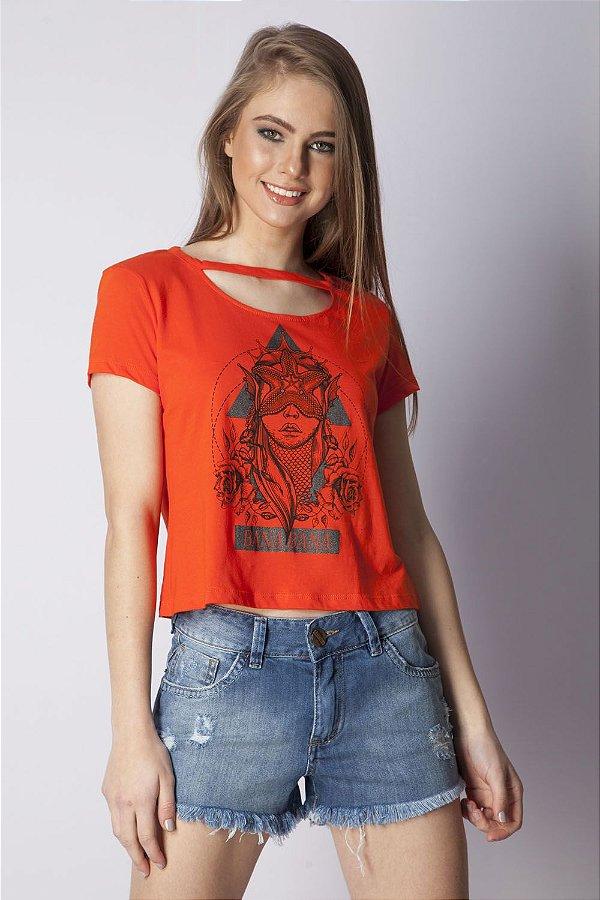 T-Shirt Bana Bana com Recortes e Estampa Coral