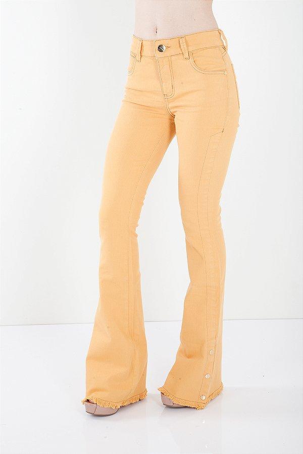 Calça Jeans Bana Bana Midi Flare com Botões na Barra Mostarda